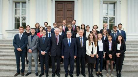 Bundespräsident Joachim Gauck: Begrüßung und Gruppenfoto mit Teilnehmern am Mercator-Kolleg 2015 vor dem Schloss Bellevue